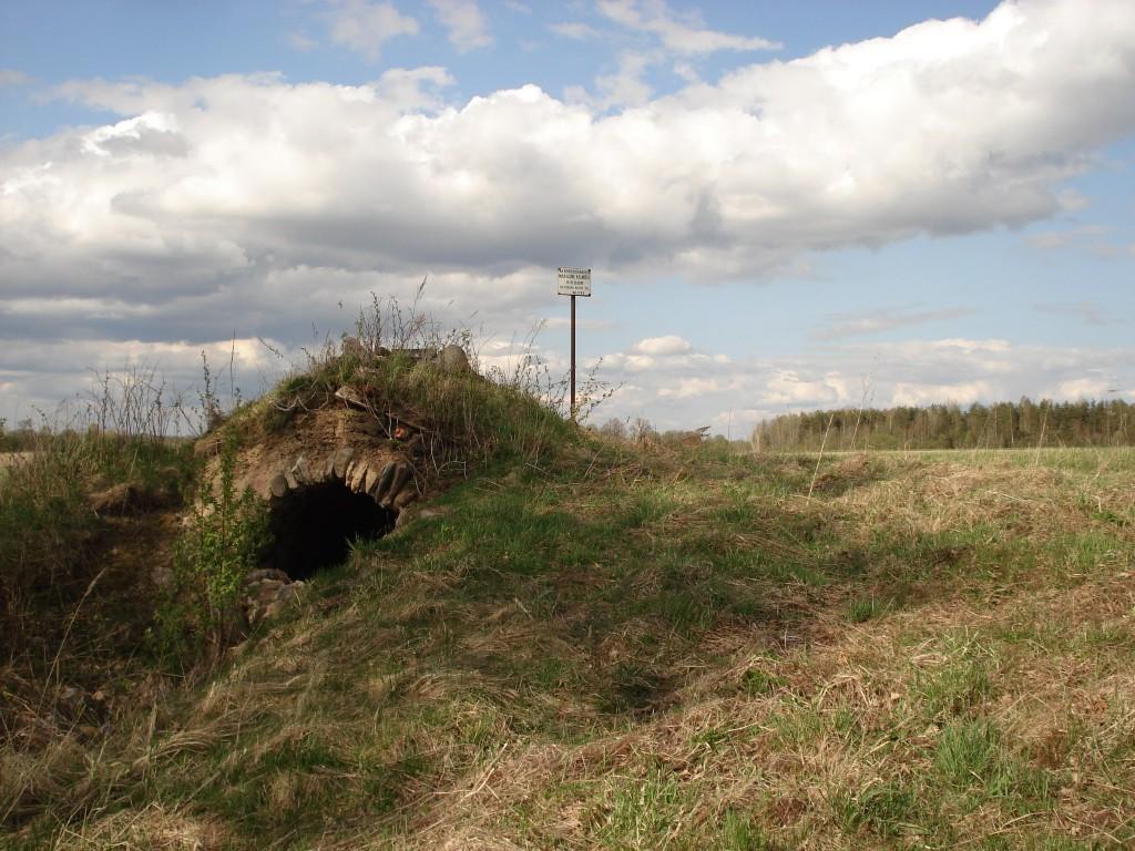Kalmistu ala jääb maakeldrist põhja. Foto: Karin Vimberg, 07.05.2009.