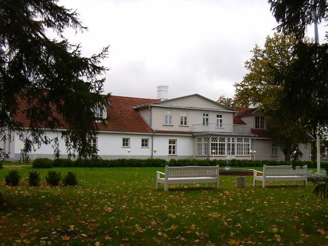 Peahoone pargipoolne vaade    Autor Kalli Pets    Kuupäev  19.10.2004