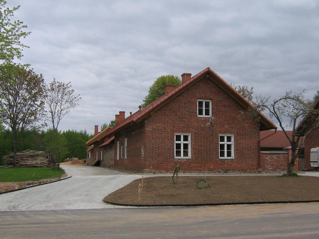 Vaaade restaureeritud hoonele maatee poolsest otsast.  Autor Viktor Lõhmus  Kuupäev  18.05.2009
