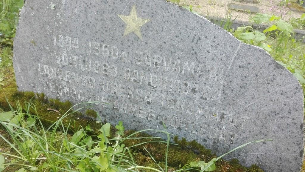 Ühishaud Paides Reopalu kalmistul, hauatähise lähivaade. Foto: K. Klandorf 09.06.2017.