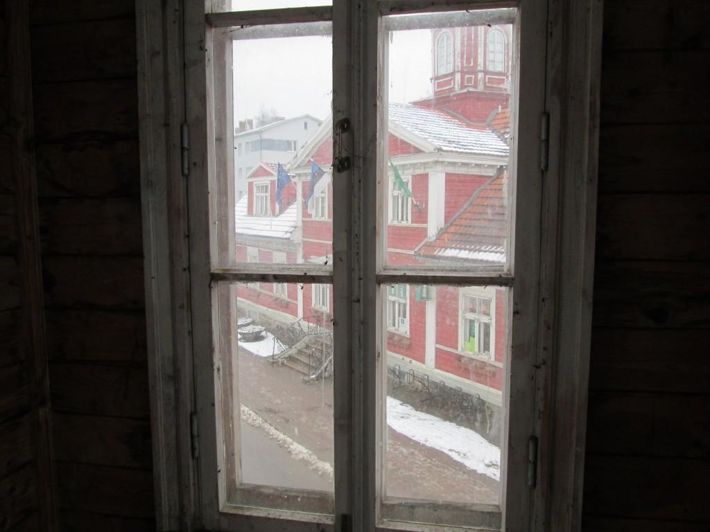 Apteek-elamu Valgas Kesk 13, vaade aknast. Foto autor M-L Paris.