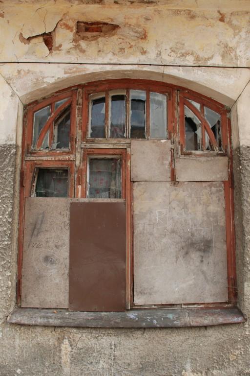 Juugendlik aknaraam rõdu all põhjaseinas. Foto: Triin Aare 26.08.2011