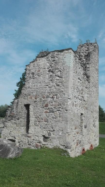 Paide linnuse varemed, veeväravatorni/püssirohutorni varemed. Foto: K. Klandorf 31.08.2017.