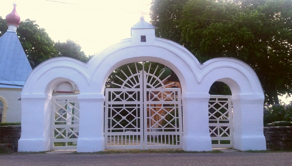 Vana kalmistu restaureeritud külgvärav 31.05.2016. Töid teostas OÜ Resteh.