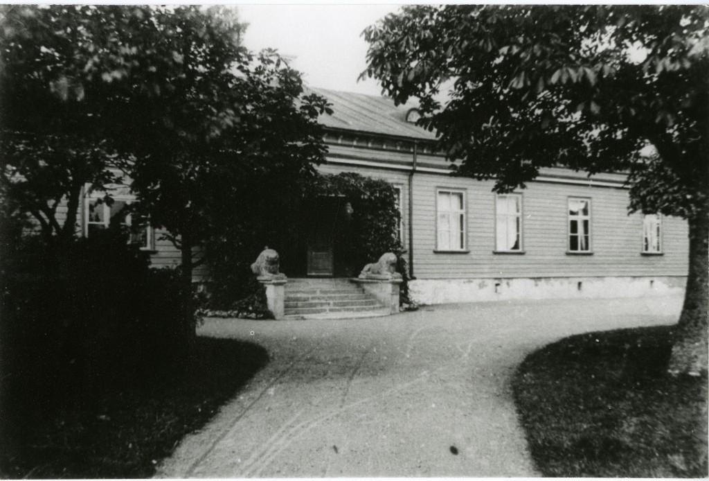 Sikassaare mõisa peahoone.  Foto pärit Saaremaa Muuseumist. Fotograaf teadmata, foto tehtud enne 1940.aastat  (?).
