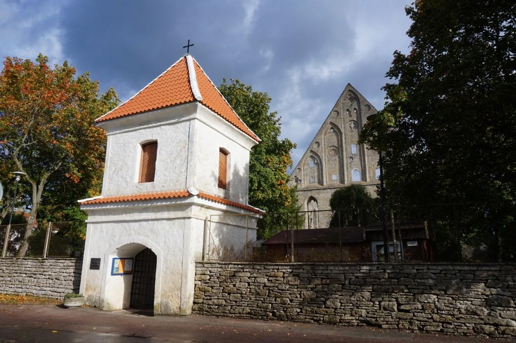 Pirita kloostri väravatorn pärast katuse restaureerimist 2017.a septembris. Foto: Eero Kangor, 4.10.2017