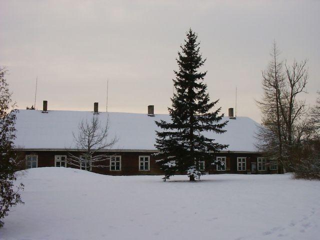 Vaade pastoraadi peahoonele kiriku poolt    Autor Kalli Pets    Kuupäev  28.01.2005