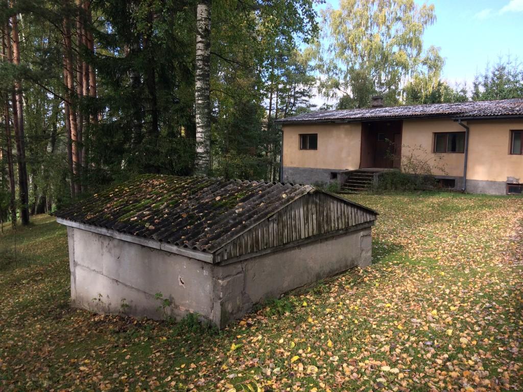 Kalmistu ala, vaade kagust, sissesõiduteelt. Näha nii hoonet kui ka masuudimahutit. Foto 05.10.2017, A.Kivirüüt.