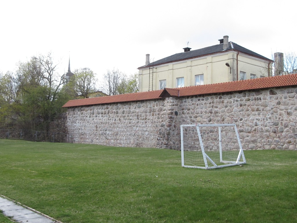 Vabaduse pst 9a linnamüür Munga tänava poole vaadates. Foto Egle Tamm, 11.05.2017.
