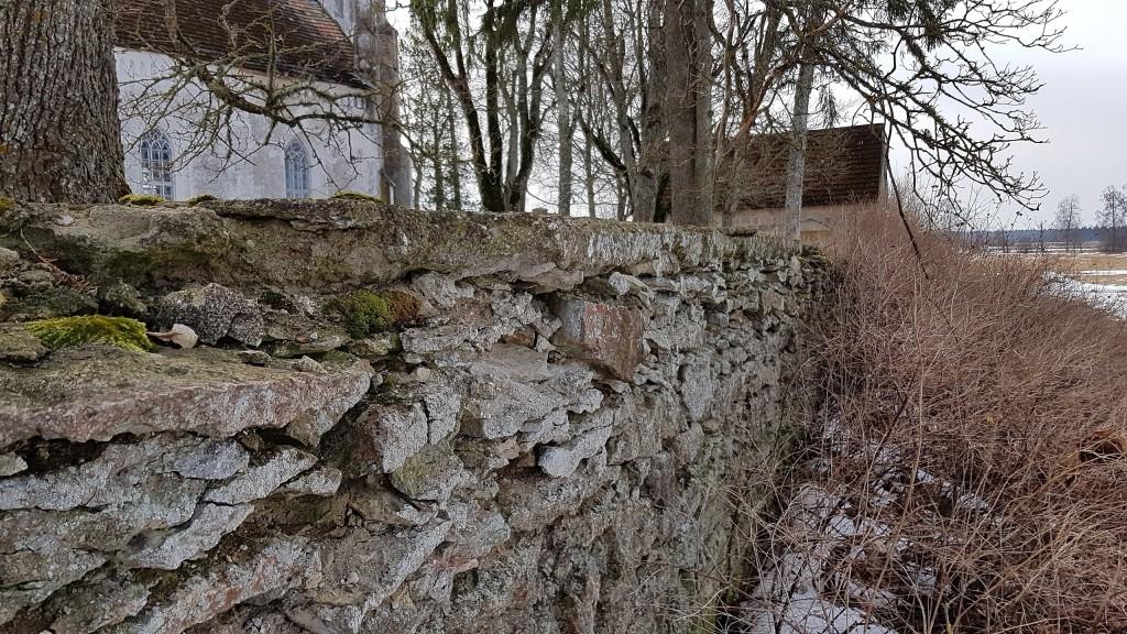 Viru-Jaagupi kirikuaia piirdemüür, vaade põhjast. Foto: M.Abel, kp 05.04.18