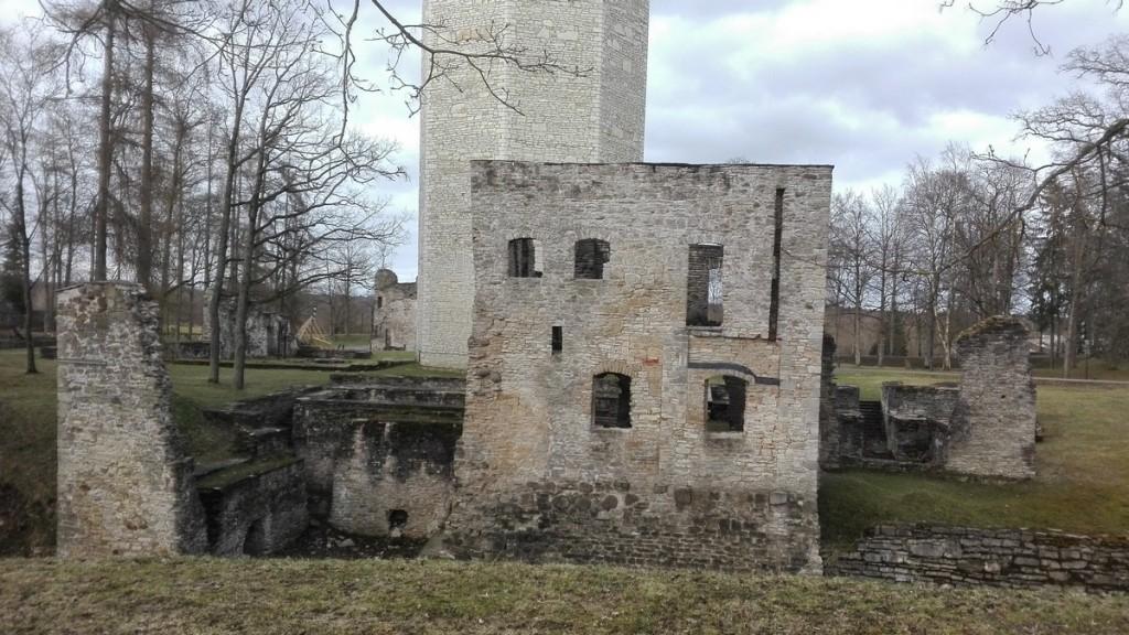 Paide linnuse varemed, esiplaanil läänepoolne väravaehitis. Foto: K. Klandorf 25.04.2018.