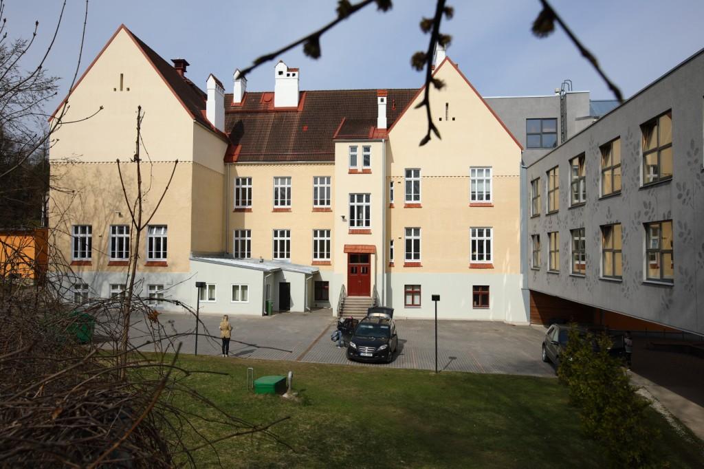 Kroonuaia 7 Tartu Kesklinna Kooli vanim hooneosa hoovi poolt ja juurdeehitused. Foto Egle Tamm, 29.04.2018.