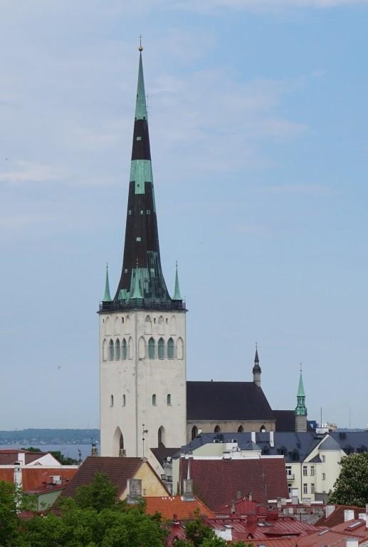 Vaade Oleviste kirikule edelast Kohtu tn 12 esiselt tugimüürilt. Foto Eero Kangor, 23.05.2018.a