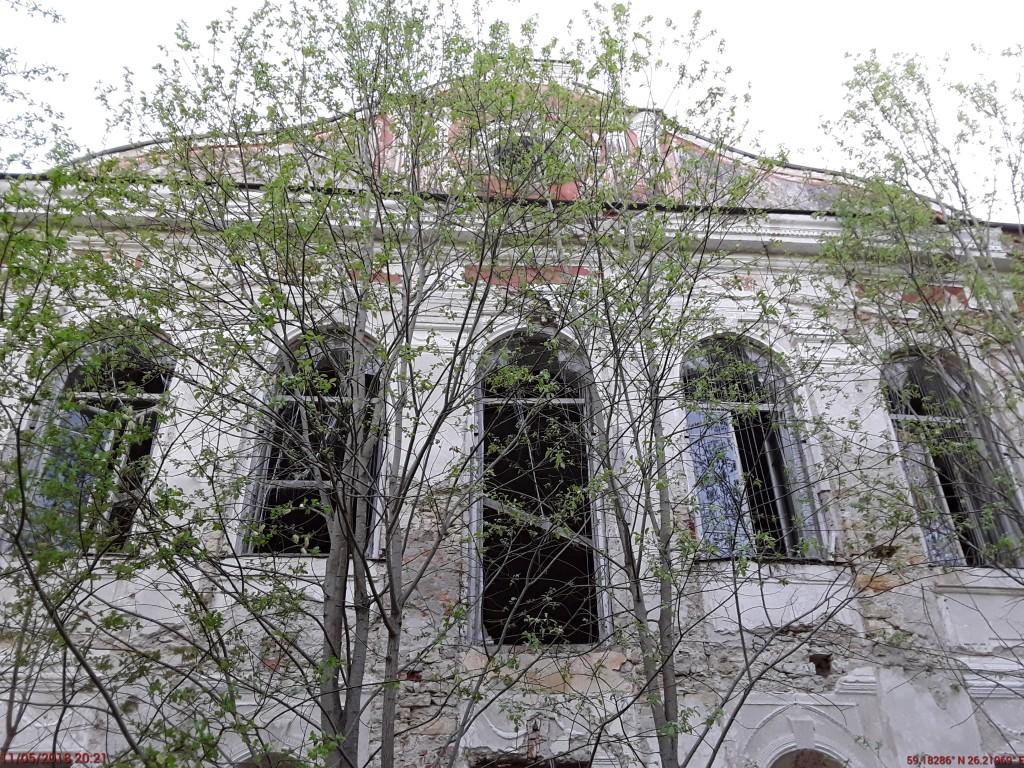 Liigvalla mõisa peahoone. Foto: Raili Uustalu 11.05.2018. Vaade hoone tagakülje keskosale. Ümbrus on võsastunud.