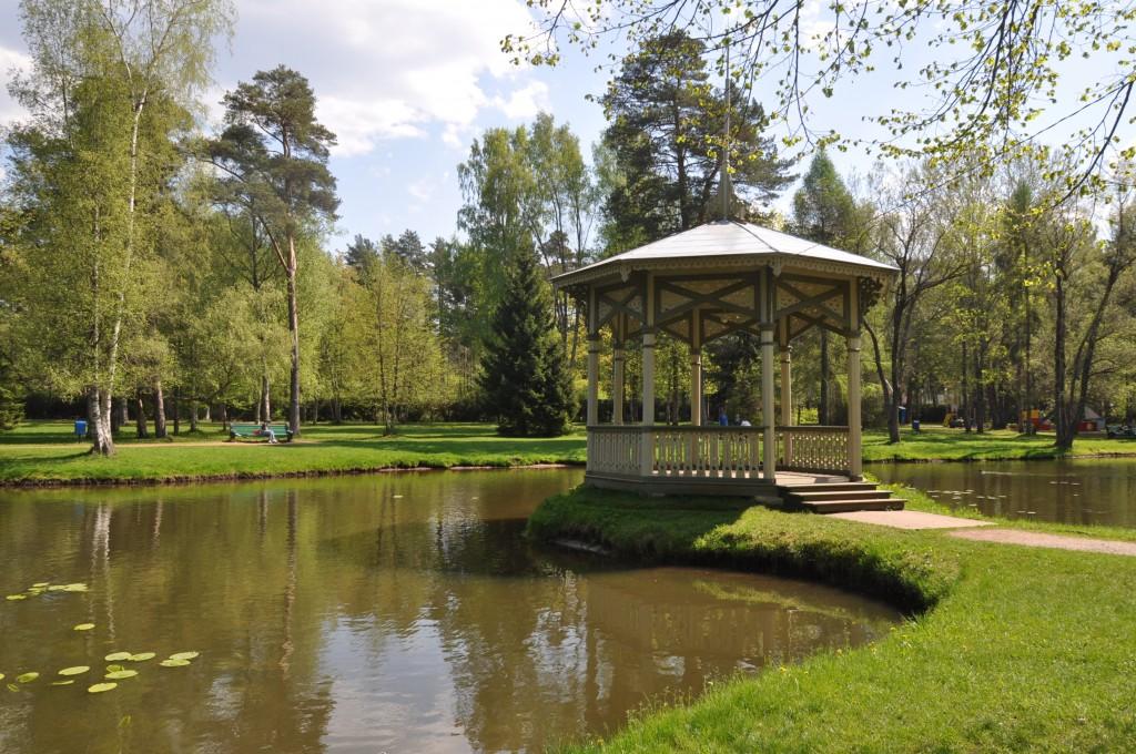 Narva-Jõesuu kuursaali pargi lehtla, 19. saj.  Vaade loodest. Foto: Kalle Merilai 15.05.18. a.