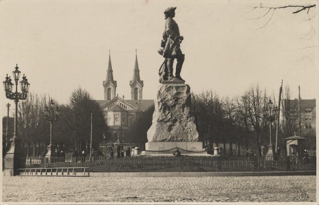 Kaks laternat 1922.a lammutatud Peeter I monumendi juurest toodi Nevski katerdraali ette