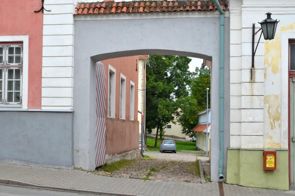 Kivist väravamüür Pikk 3 ja Pikk 5 vahel. Foto 30.08.2012
