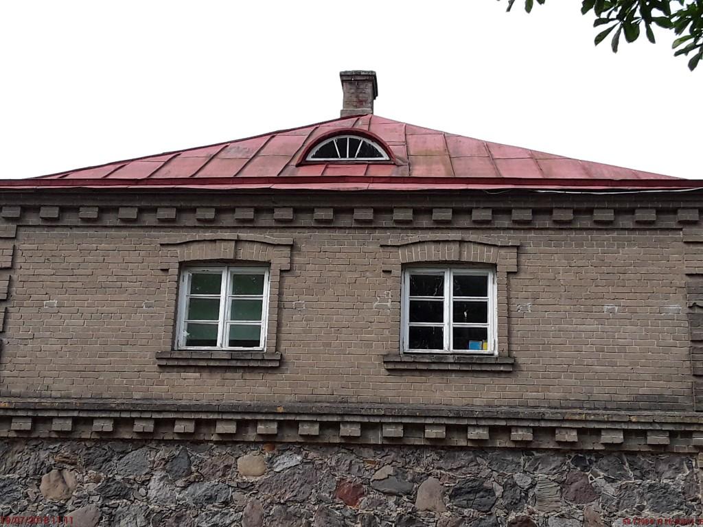 Laekvere koolihoone. Foto: Raili Uustalu 19.07.2018. Vaade hoone idapoolse otsakülje II korruse akendele.