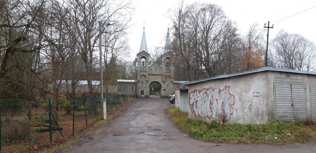 Vaade Vana-Kaarli kalmistu väravaehitisele. Foto. K. Tael 7.11.2018