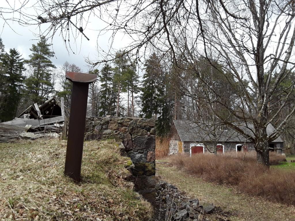 Jõekalda asunikutalu ait-kuivati. Foto: Raili Uustalu 27.04.2018. Kaugvaade hoone esiküljele idast.