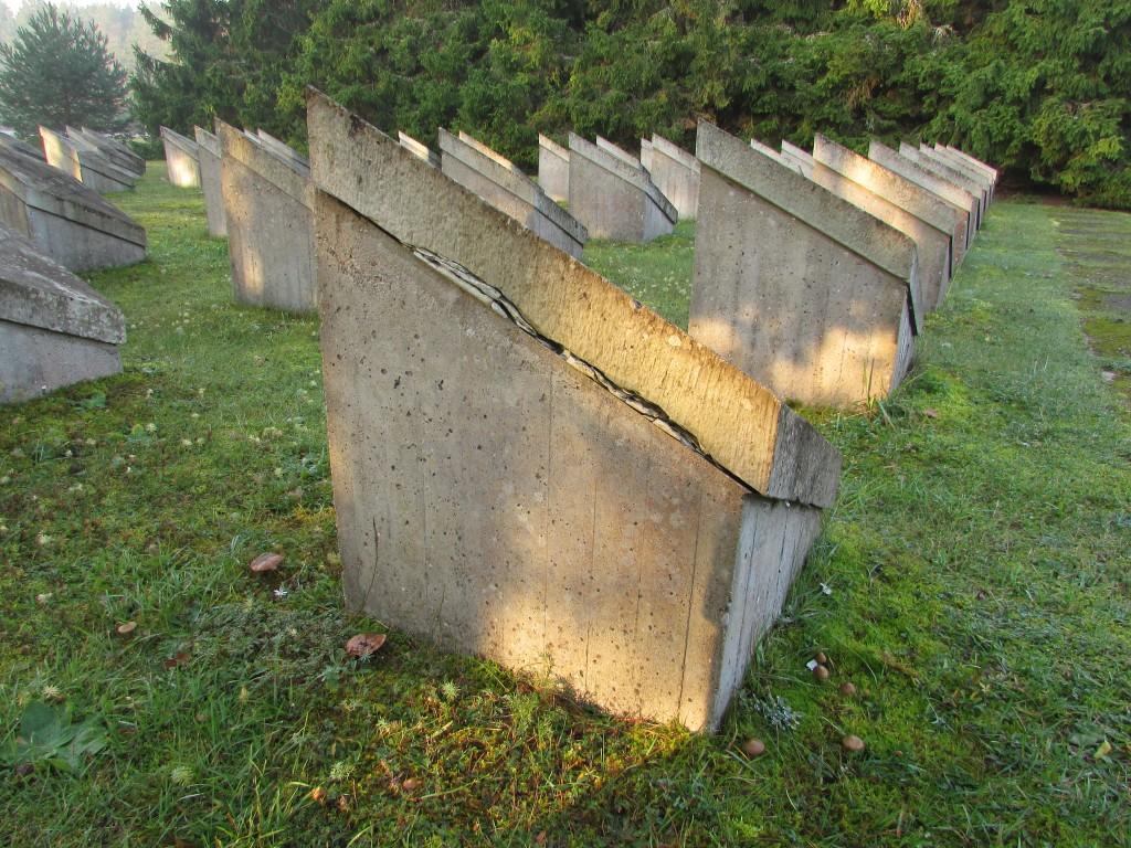 II maailmasõjas hukkunute ühishaua tähised tagaküljelt. Foto: Keidi Saks, 17.10.2018