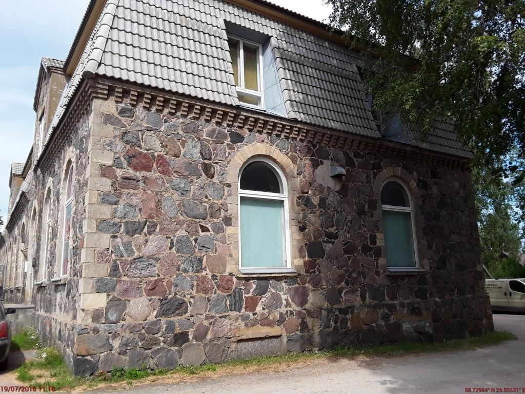 Laekvere ärihoone. Foto: Raili Uustalu 19.07.2018. Vaade hoone otsaküljele loodest.