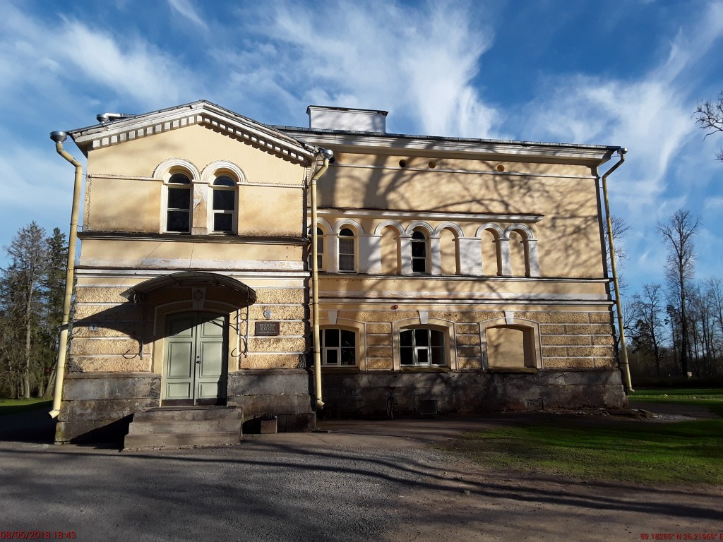 Muuga mõisa peahoone. Foto: Raili Uustalu 08.05.2018. Vaade hoone otsaküljele loodest.