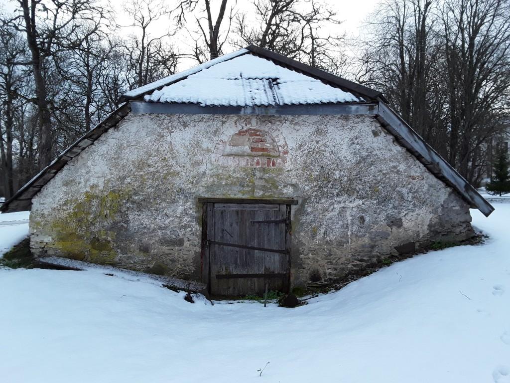 Udriku mõisa kelder. Foto: Raili Uustalu 07.12.2018. Vaade keldri otsaküljele loodest.