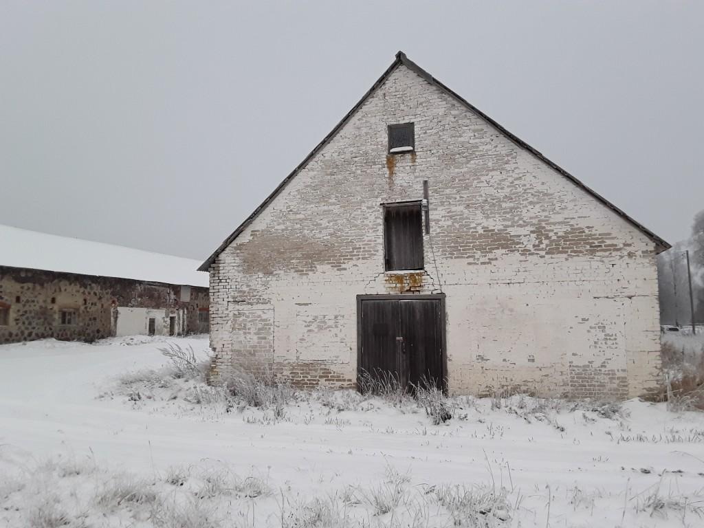 Jäneda mõisa karjalaut. Foto: Raili Uustalu 20.12.2018. Vaade hoone otsaküljele kagust.