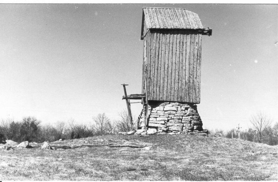 Koguva Tooma tuulik, asub kalme peal. Foto: 1980. a keskpaik.