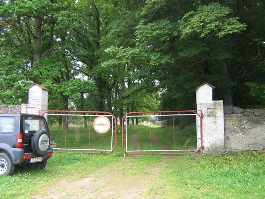 Pada mõisa piirdemüürid :16031, vaade põhjast piirdemüüri väravatele,  autor Anne Kaldam  kuupäev 31.07.2009