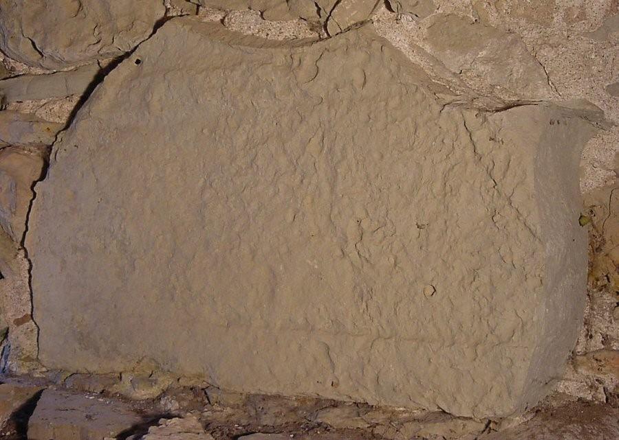 Trapetsikujulise hauaplaadi katke. 13. saj.(?) (dolomiit) Foto: M. Loit, 14.10.2003