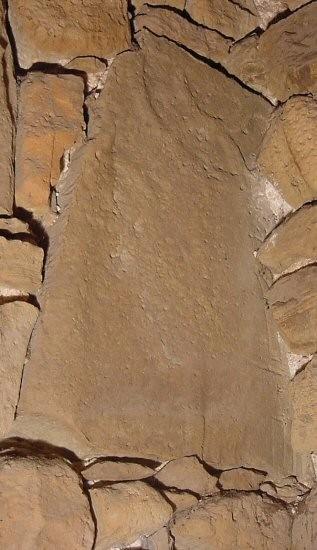 Trapetsikujulise hauaplaadi katke rõngasristiga. 13. saj.(?) (dolomiit) Foto: M. Loit, 14.10.2003
