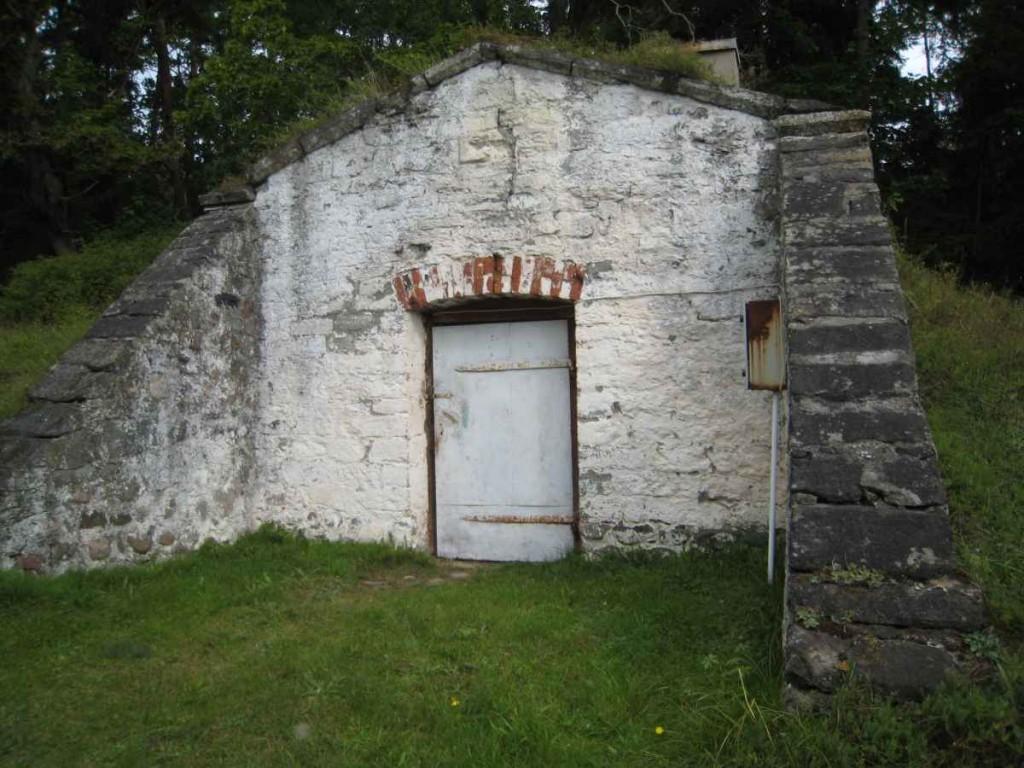 Keldri eestvaade, ehitusaastaga kivi pihta ukse kohal on varasematel aegadel lastud märki. Foto: M.Koppel 2009