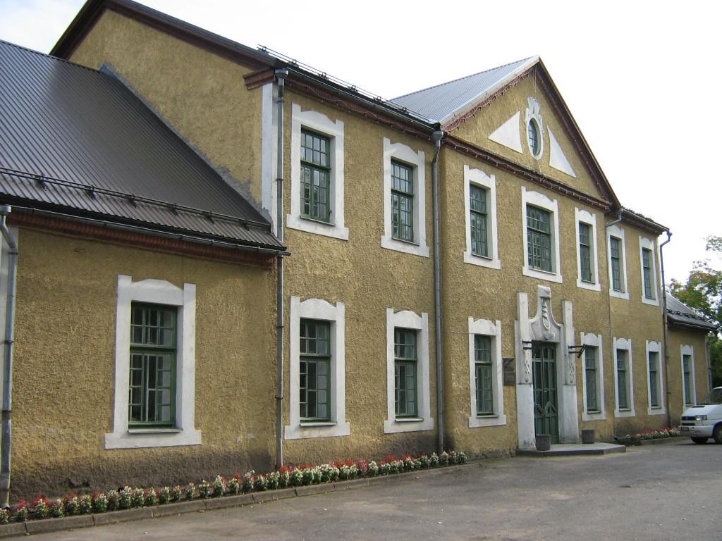 Väike-Maarja seltsimaja, reg. nr 5821. Vaade loodest hoone esifassaadile. Foto: M.Abel, kuupäev 08.09.2009