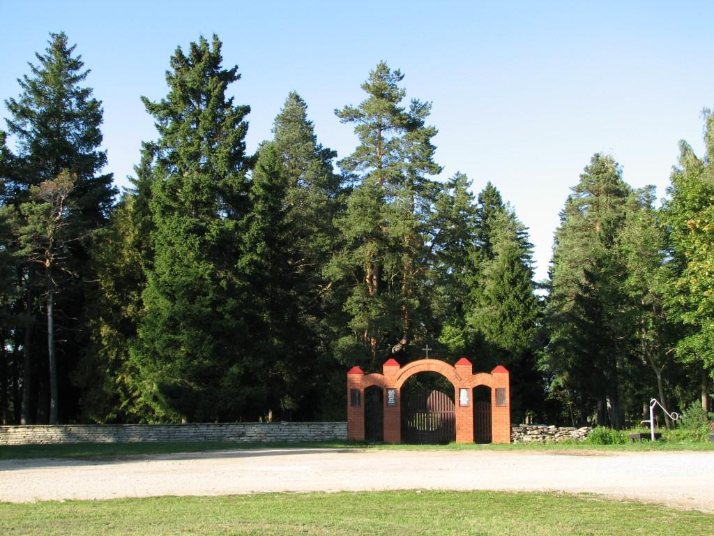 Haljala kalmistu, reg. nr 5760. Vaade lõunast peaväravale ja piirdemüürile. Foto: M.Abel, kuupäev 11.09.2009