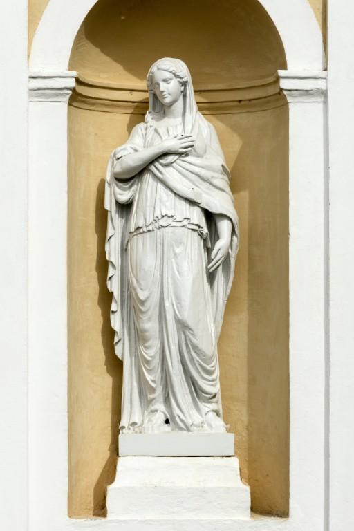 """Räpina kiriku fassaadil asuv skulptuur """"Armastus"""". Foto: Peeter Säre"""