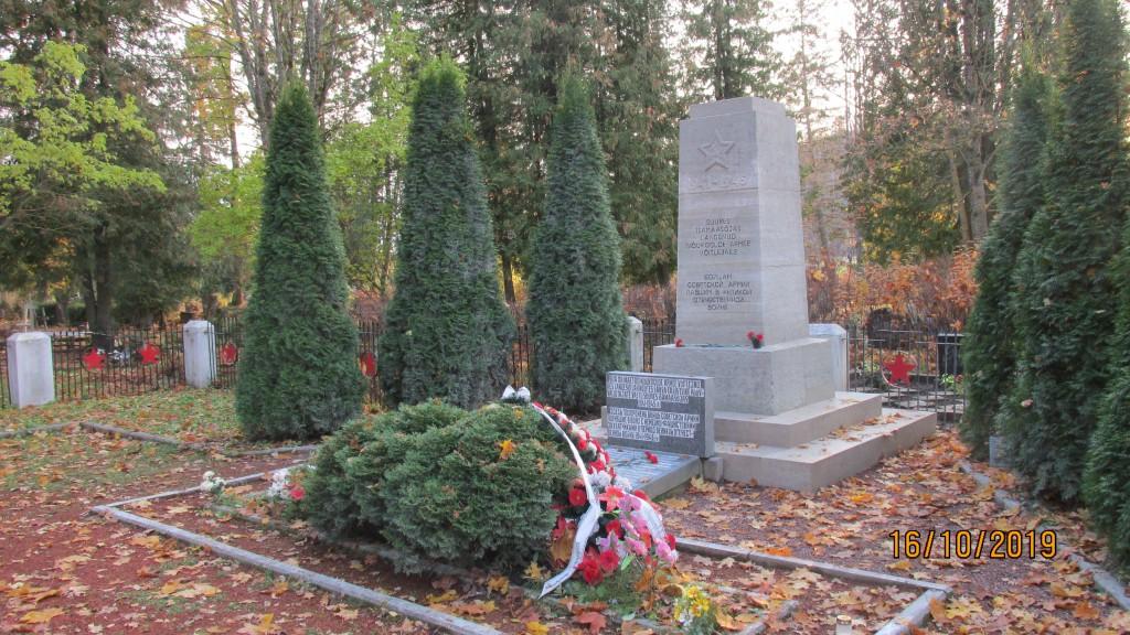 II Maailmasõjas hukkunute ühishaud. Vaade loodest. Foto: Kalle Merilai 16.10.2019.a.