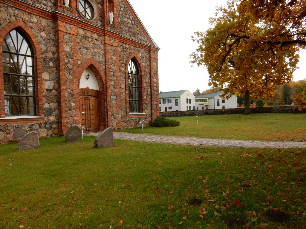 Kambja kirikuaia uus kõnnitee. Foto autor I. Raudvassar 15.10.2019