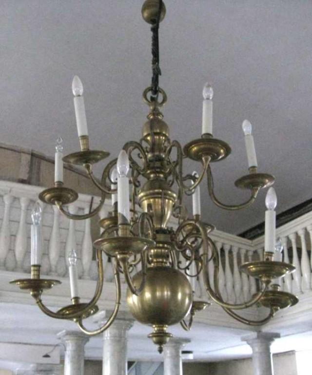 Kroonlühter kaheteistkümne tulega. Kingitud 1643 (messing, graveeritud) Foto: S.Simson 2007