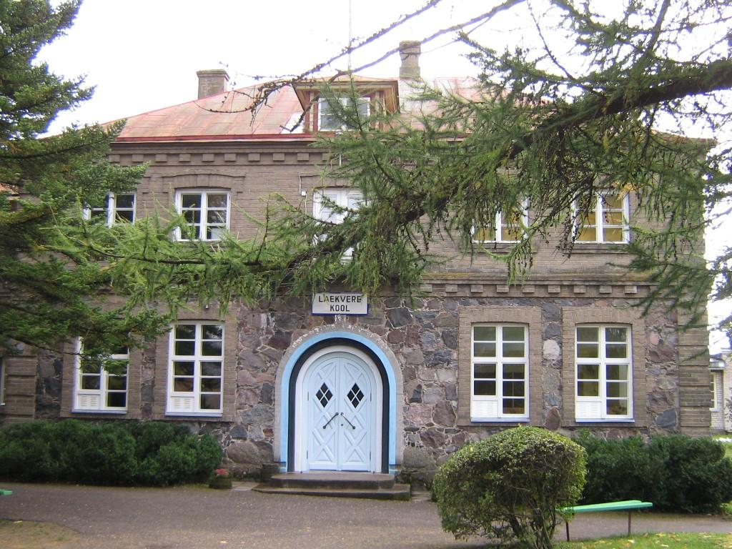 Laekvere koolihoone - vaade põhjast-peasissepääsule  pilt Anne Kaldam kuupäev 13.10.2009
