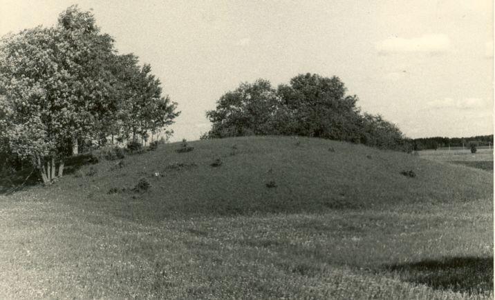 """Maa-alune kalmistu """"Surnumägi"""" läänest. Foto: H. Joonuks, 1976."""