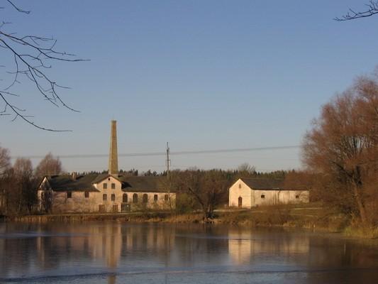 Porkuni mõisa viinavabrik (15858) vasakul ning viinakelder (15859) paremal. Vaade idast, üle Porkuni järve. Foto: Anne Kaldam, aeg: 03.11.2009