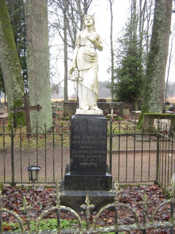 "Vaade Kõpu kalmistule Skulptuur  ""Naine lillepärjaga"", A. Weizenberg 1915   Foto Anne Kivi  20.11.2009"