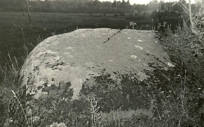 Kultusekivi - kirdest. Foto: E. Väljal, 05.10. ca 1980ndad aastad.