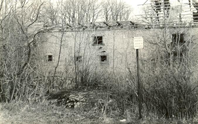 Kultusekivi reg nr 12627 (2054) - edelast. Foto: E. Väljal, 28.04.1980ndad aastad.