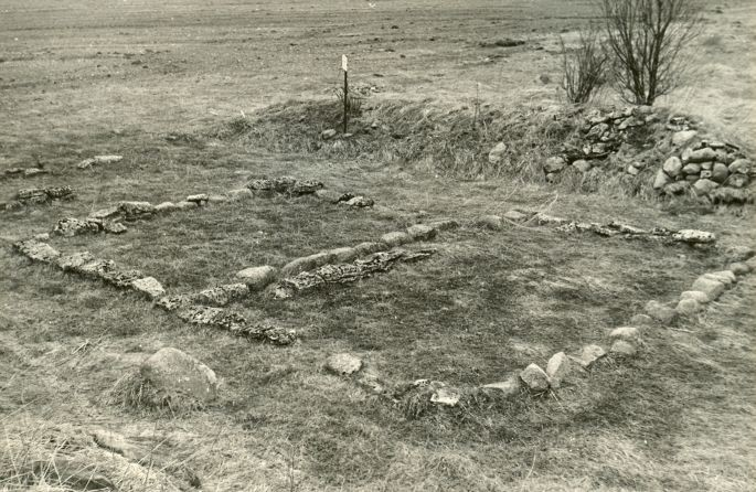 Kivikalme reg nr 12621 (725) - kagust. Foto: E. Väljal, 27.04.1982.