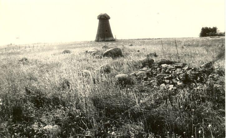 Kivikalme idast. Foto: H. Joonuks, 1973.