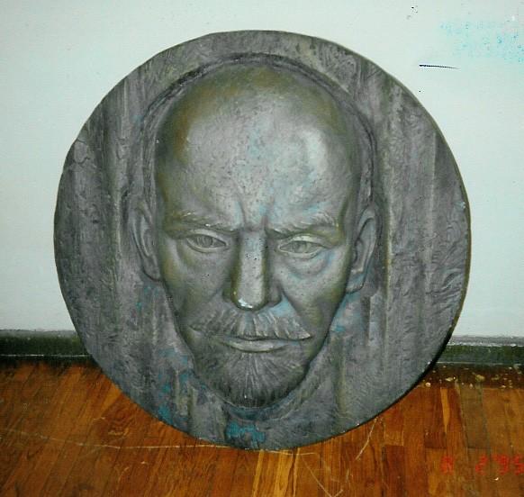 """Bareljeef """"V. I. Lenini portree"""". K. Reitel, 1972 (pronks) Foto: V.Leitsar 1995"""