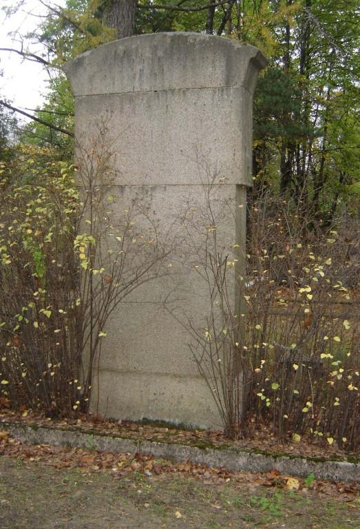 Perekond Olliku hauasammas. J. Koort, umbes 1922-1923 (graniit). Tagakülg Foto: Sirje Simson 08.10.2007